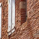 Briques et volets dans le vieil Albi