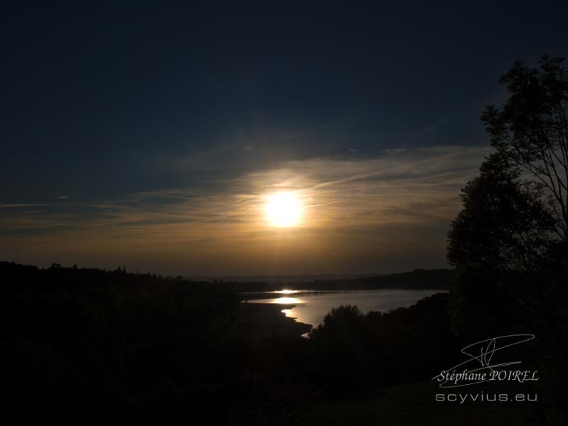 Couché de soleil sur le lac de Saint-Ferréol